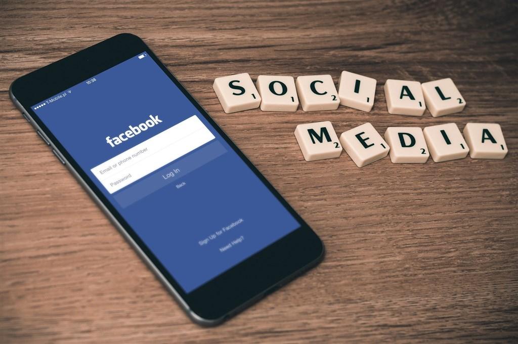 6月起,Facebook逐步在全球推出廣告資訊透明度工具,提供廣告主申請授權、在廣告加註「出資者」免責聲明,並讓廣告在Facebook廣告檔案庫中保存7年。(圖取自Pixabay圖庫)