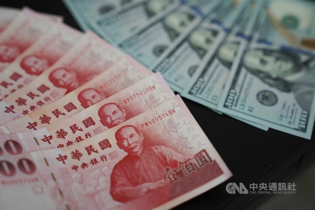 新台幣兌美元12日收30.422元,升值1.3分。(中央社檔案照片)