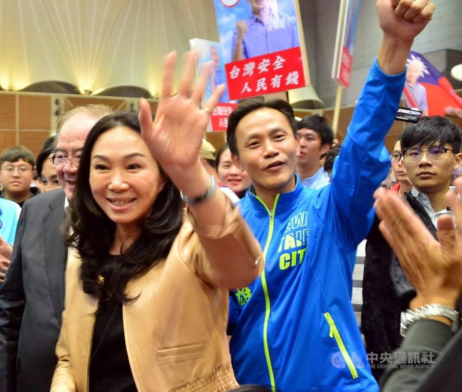 國民黨總統參選人韓國瑜力拚大選,太太李佳芬(前)成為最佳助選員,不僅在國內行程滿檔,甚至代夫出征跨海拉票,儼然是最強分身。圖為李佳芬9日出席新北市雲林同鄉會會員代表大會。中央社記者黃旭昇新北市攝 108年11月9日