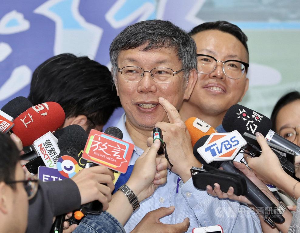 台北市長兼台灣民眾黨主席柯文哲(前)12日被問及不分區安全名單估算多少席次時表示,今年選舉詭異,不分區立委變數太多,無論政黨票有無過5%,親民黨、時代力量及其他小黨都會造成影響,安全名單難估。中央社記者張皓安攝 108年11月12日