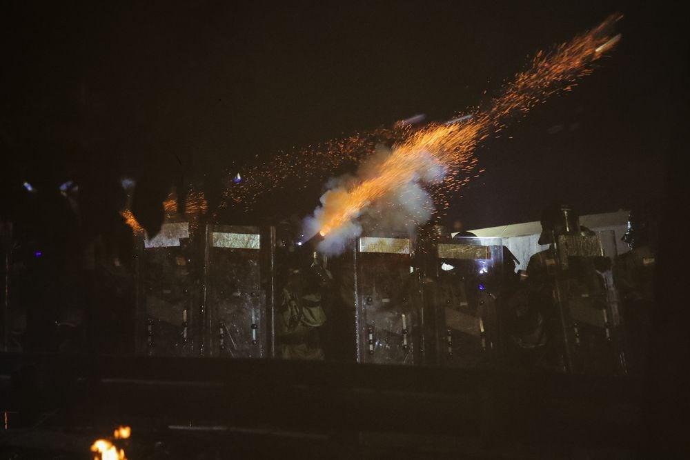 香港12日多地示威衝突,警方施放催淚彈、橡膠彈,示威者則對警方投擲磚塊、汽油彈,其中以香港中文大學的衝突最嚴重。(美聯社)