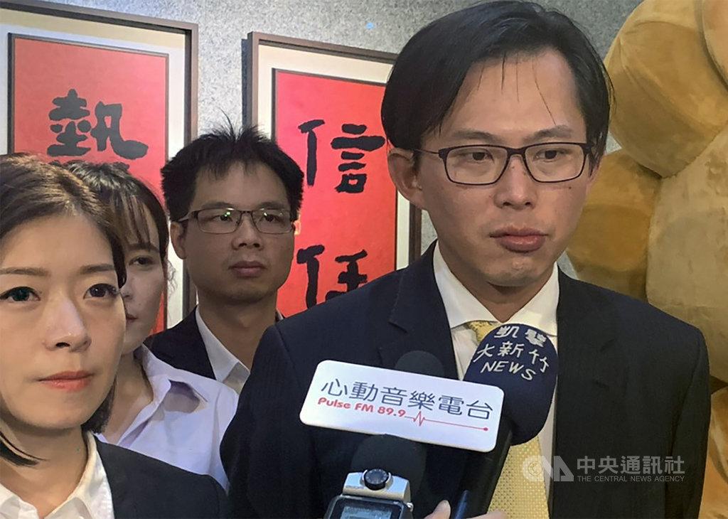 時代力量立委黃國昌(右)13日到竹科參訪時,受訪針對香港政府與學生衝突表示,難以想像竟有警察進入香港中文大學,這是「六四事件翻版」活生生在港上演。中央社記者郭宣彣攝 108年11月13日
