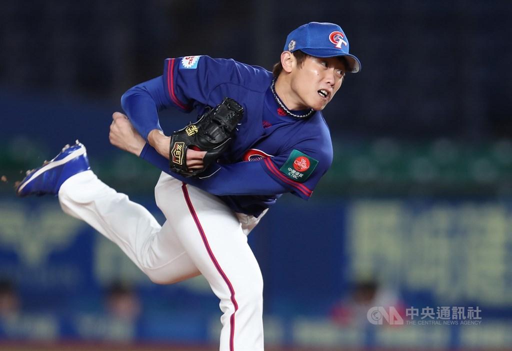 2019世界12強棒球賽複賽12日晚間在日本千葉ZOZO球場舉行,中華隊對戰韓國隊,7局下中華隊由陳冠宇登板。中央社記者張新偉千葉攝 108年11月12日