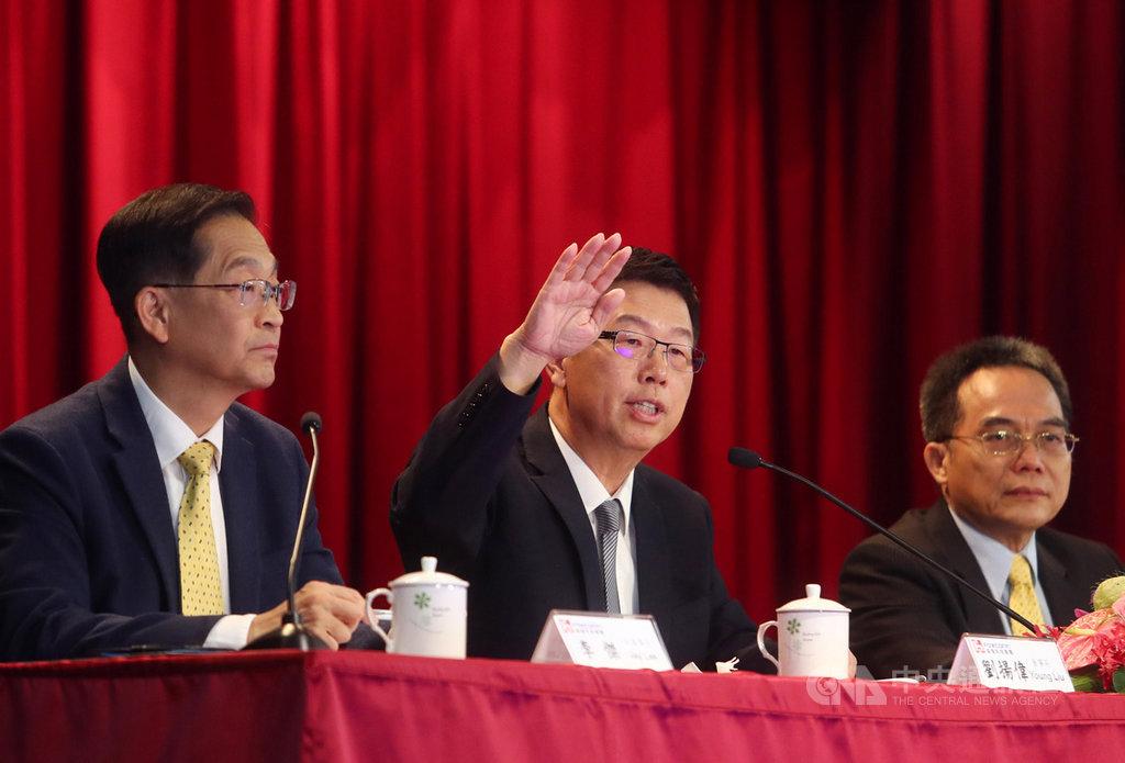 鴻海13日下午在土城總部舉行法人說明會,由董事長劉揚偉(中)親率副董事長李傑(左)等主管出席,會中公布第3季財報,單季合併營收新台幣1兆3877.92億元,較第2季1兆1597.84億元成長20%,較去年同期1兆3758.94億元微增1%中央社記者王騰毅攝  108年11月13日