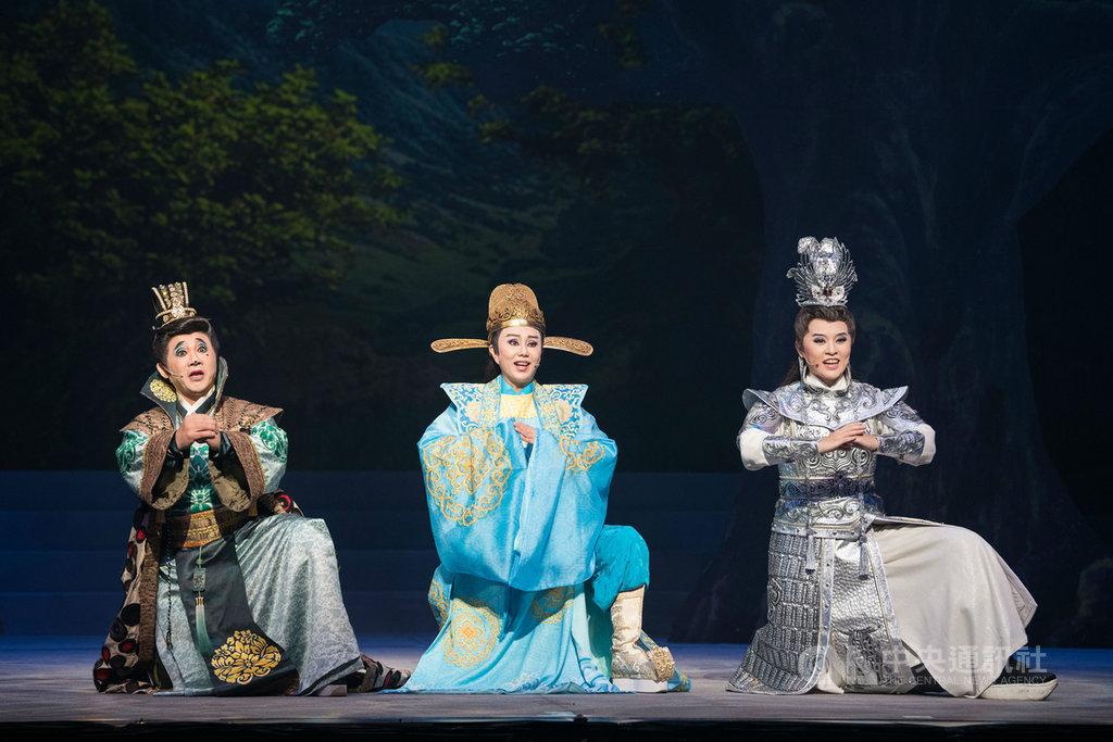 明華園戲劇總團90週年壓軸代表作「大河彈劍」,由陳勝在(左起)、孫翠鳳與李郁真主演,16日起在國家戲劇院首演。(國家兩廳院提供)中央社記者趙靜瑜傳真 108年11月13日