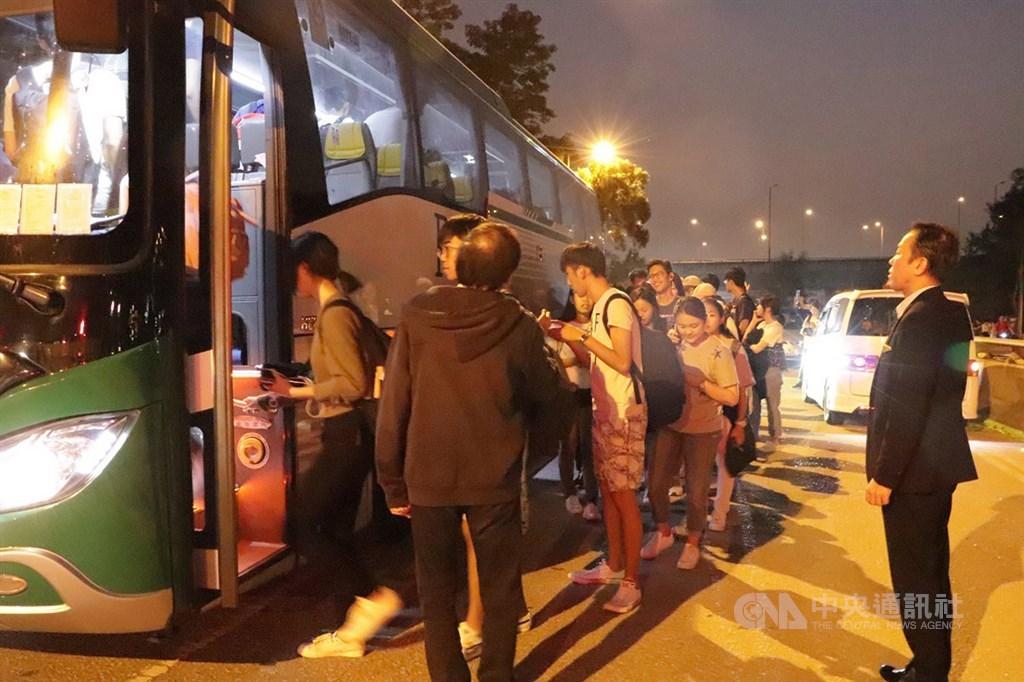 香港中文大學連日發生嚴重警民衝突,香港台北經濟文化辦事處13日晚應要求協助該校台生返台。圖為台生集體步出校園外搭乘專車前往機場。中央社記者張謙香港攝 108年11月13日