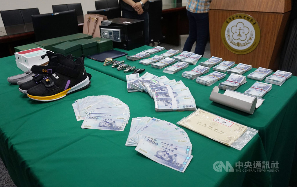 台中地檢署與刑事局中部打擊犯罪中心偵破林姓男子赴香港等地強盜案,13日舉行記者會說明案情,會中並展示檢警所查扣的各式贓證物。中央社記者趙麗妍攝 108年11月13日
