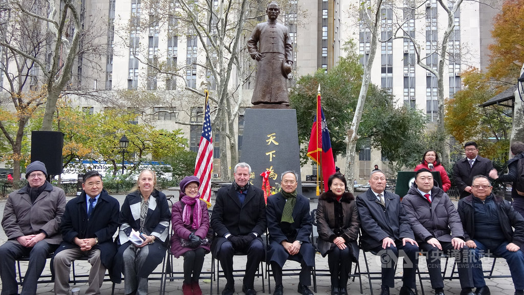 歷經紐約僑界8年努力,國父孫中山銅像永久豎立在曼哈頓哥倫布公園。紐約市長白思豪(左5)、僑委會委員長吳新興(右5)等人美東時間12日出席揭幕典禮。中央社記者尹俊傑紐約攝 108年11月13日