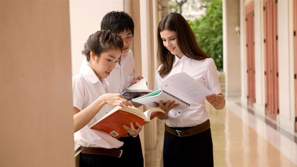 泰國朱拉隆功大學通過新規定,讓跨性別學生可自己選擇要穿上男生或女生制服。(示意圖/圖取自朱拉隆功大學網頁www.chula.ac.th)