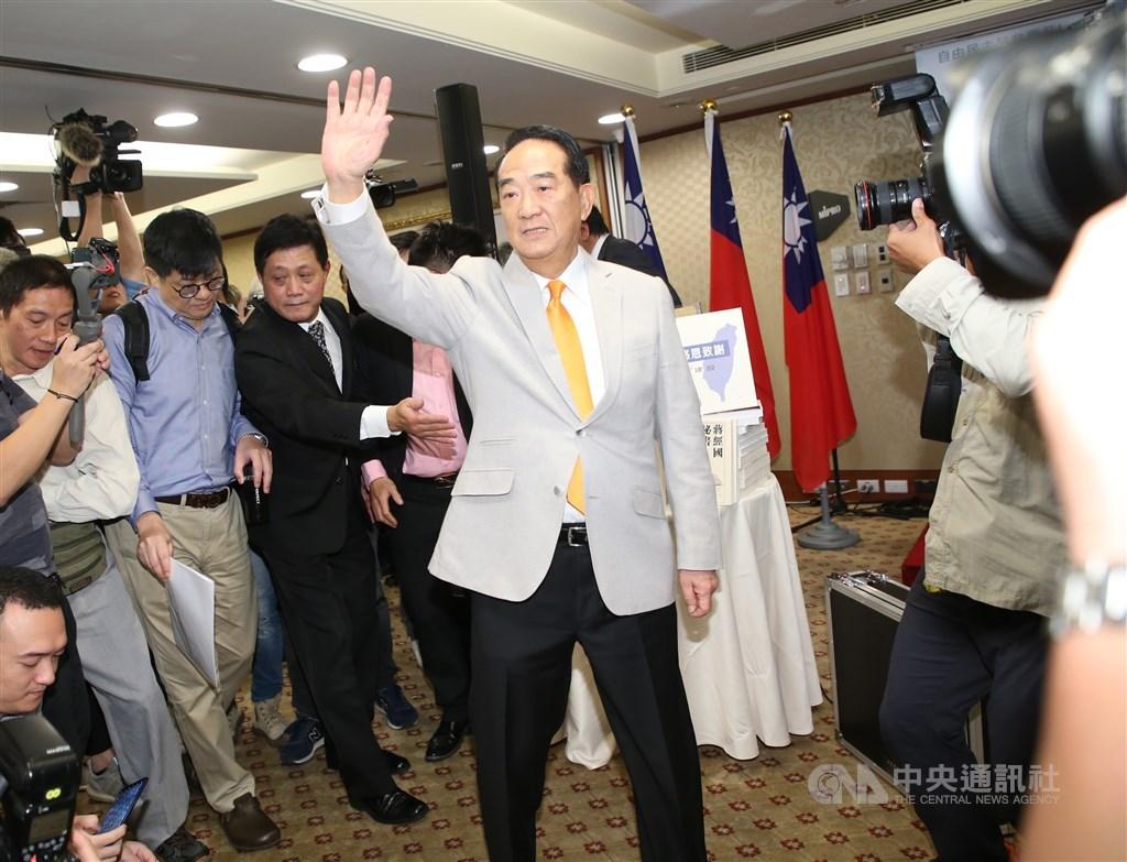 親民黨主席宋楚瑜(中)13日舉行記者會,宣布投入2020總統選舉。中央社記者鄭傑文攝 108年11月13日