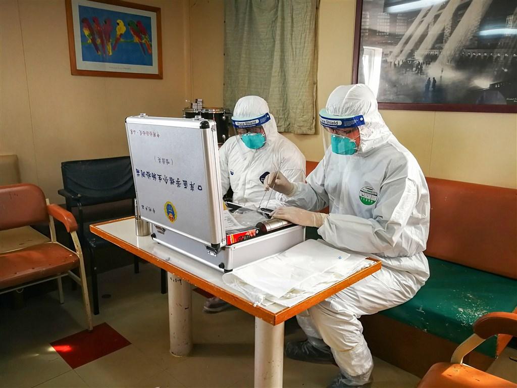 中國官方12日晚證實,內蒙古有2人經診斷為「肺鼠疫」確診病例,目前患者已在北京得到妥善救治。圖為2017年中國山東檢疫人員進行鼠疫防範演練。(中新社提供)