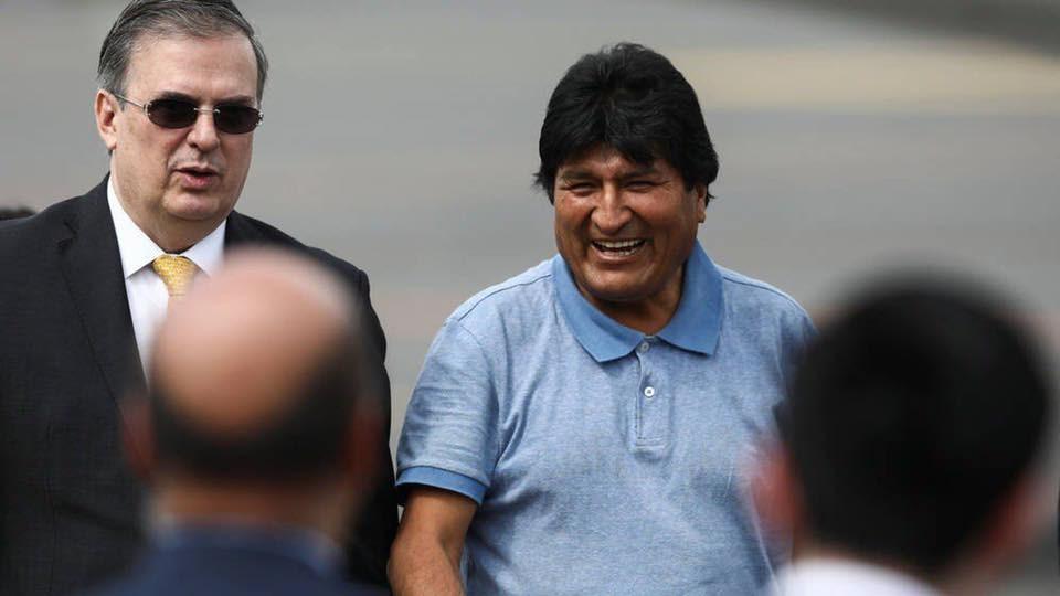 玻利維亞前總統莫拉萊斯(右2)12日搭乘專機抵達墨西哥後,感謝墨西哥政府「拯救他的性命」,並再度指控他的對手發動政變,將他趕下台。(圖取自facebook.com/pg/EvoMASFuturo)