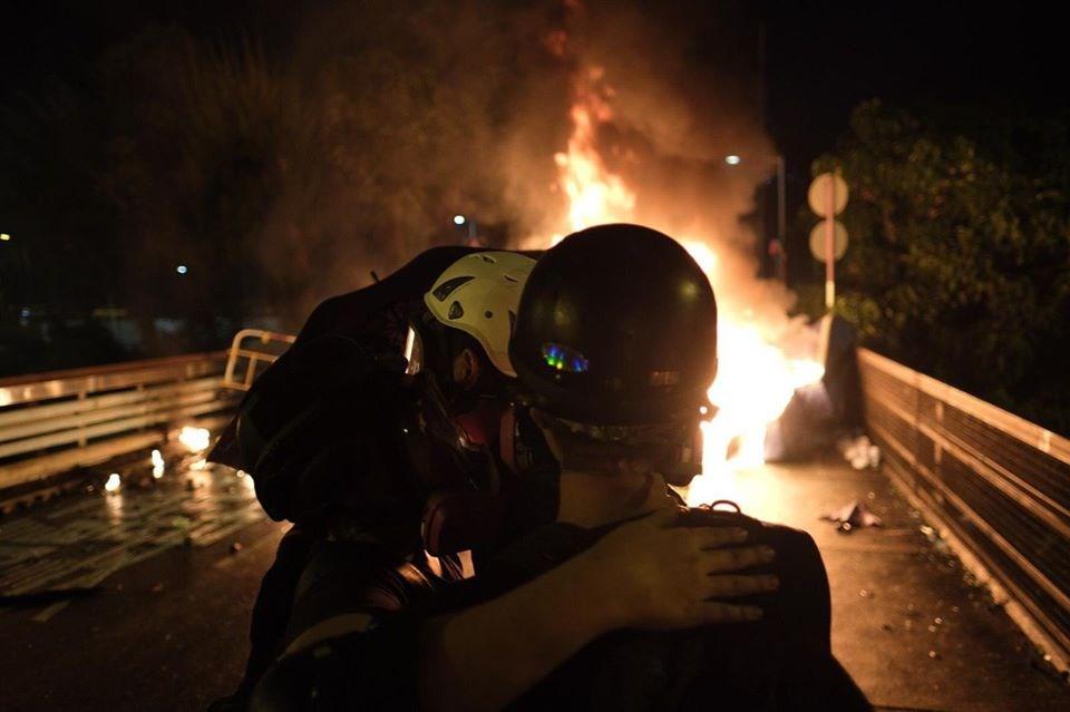 香港反送中情勢警民衝突加劇,警方12日在中文大學校園與學生示威者發生暴力衝突。(眾新聞提供)
