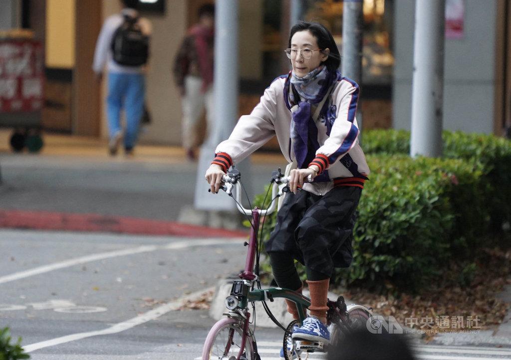 中央氣象局指出,14日受到東北季風影響,北台灣天氣轉為有局部短暫雨的天氣,15日白天水氣減少,氣溫將稍微回升。中央社記者徐肇昌攝 108年11月14日