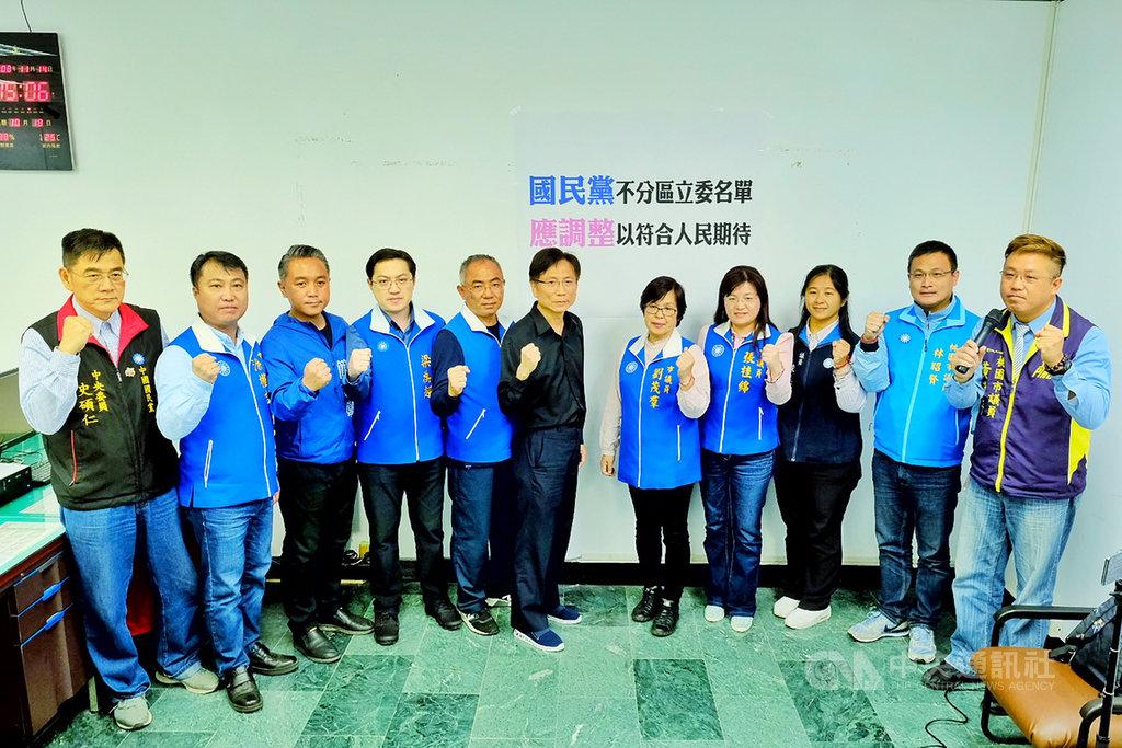 桃園市議會國民黨團執行長徐玉樹(左5)表示,不分區名單是一個帶頭衝刺非常重要的象徵意義,呼籲黨中央調整不分區立委名單。中央社記者吳睿騏桃園攝  108年11月14日