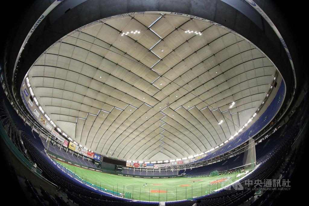 世界12強棒球賽14日為官方練球日,中華隊15日起要在東京巨蛋進行賽事,選手先適應場地,由於東京巨蛋屋頂是白色,加上中午會更亮,接飛球時要特別注意。中央社記者張新偉東京攝 108年11月14日