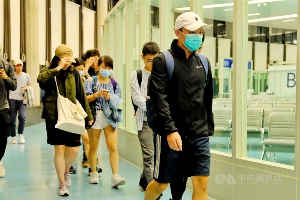 在香港的台北經濟文化辦事處協助下,香港中文大學71名台灣學生在14日凌晨抵台。學生們多數都戴著口罩,卻難掩滿面倦容,雖然已經抵達台灣,許多學生們仍是驚魂未定,也不願回答任何問題。中央社記者吳睿騏桃園機場攝 108年11月14日