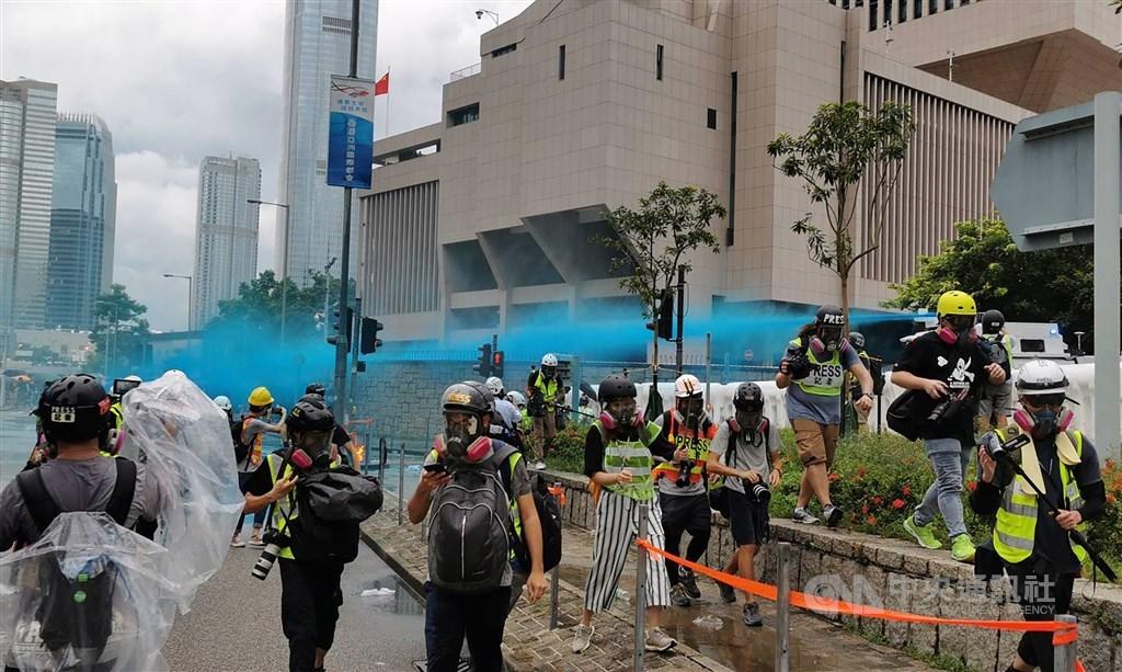 香港抗爭情勢日益激烈,港府多名高官13日晚間前往禮賓府開會,討論實施宵禁、取消區議會選舉以及提升警方武力。圖為8月31日港警出動水炮車清場。(中央社檔案照片)