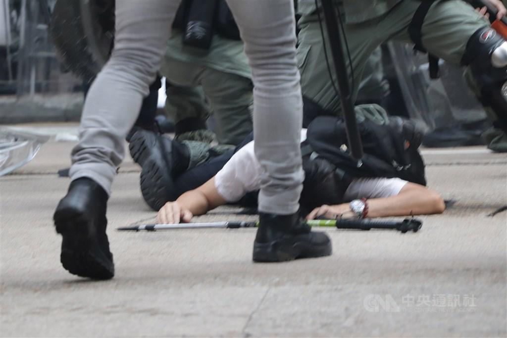 香港「反送中」運動持續多月,香港官方表示,2019年6至9月警方接獲的自殺案達256起,送院前或送院時死亡的數字則為2537起,數據相較2018年增長。(中央社檔案照片)