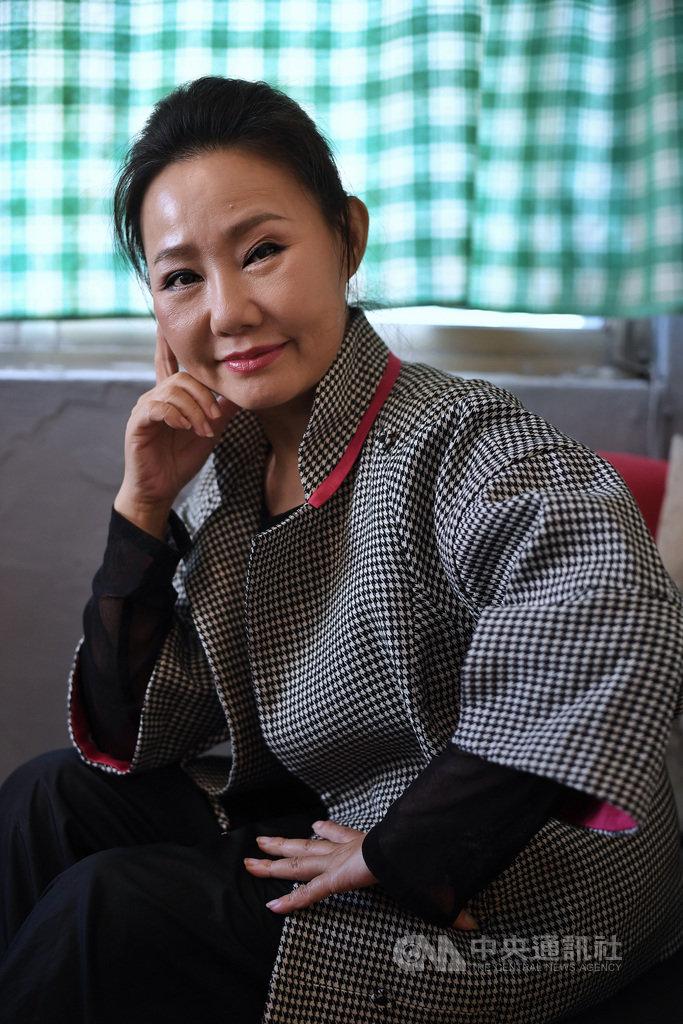 電影「那個我最親愛的陌生人」15日將在全台上映,女星呂雪鳳也憑此片入圍第56屆金馬獎最佳女主角,她說,跟著歌仔戲班行走江湖大半輩子,過去認為自己跟金馬搭不上邊,想不到在56歲這年可以跟它擺在一塊,她也毫不保留展現拿獎的企圖心。中央社記者王飛華攝 108年11月14日