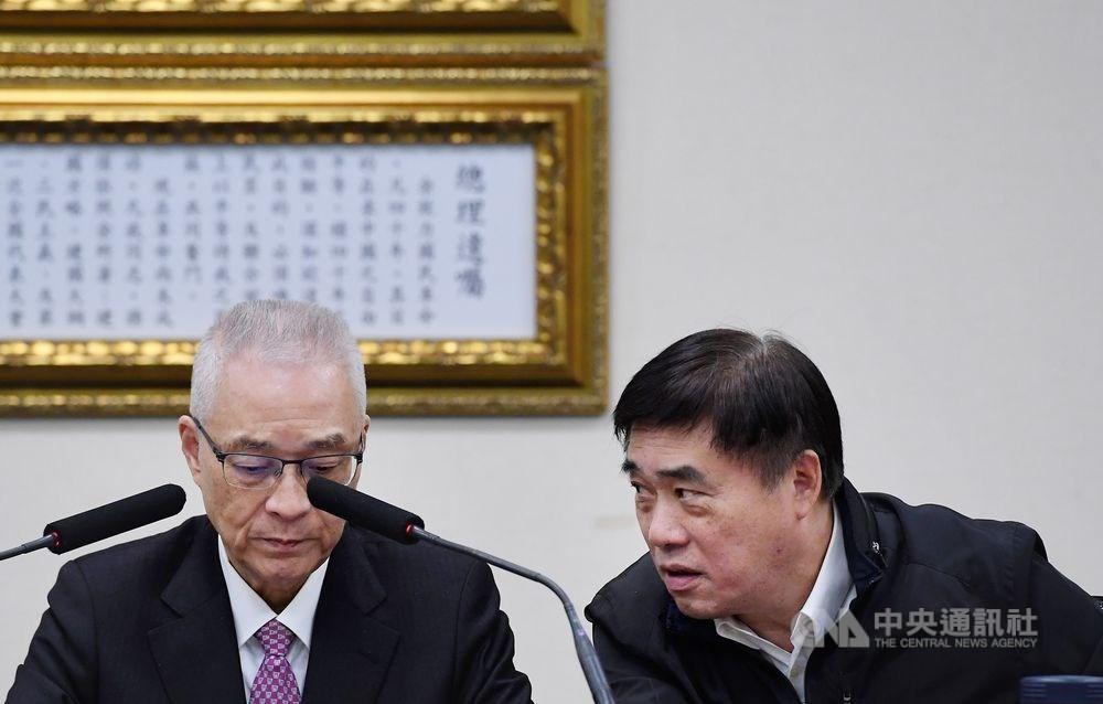國民黨15日召開臨時中常會,再次討論不分區名單,副主席郝龍斌(右)在會前表示,黨主席吳敦義應退出不分區。(中央社檔案照片)