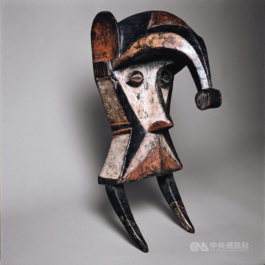 國立故宮博物院南部院區與法國凱布朗利博物館合作舉辦「法國凱布朗利面具精品展」,15日在故宮南院開幕,圖為非洲奈及利亞伊博族的「奧博多恩伊象魂面具」,長長的鼻子象徵大象的靈魂。(國立故宮博物院提供)中央社記者鄭景雯傳真  108年11月15日