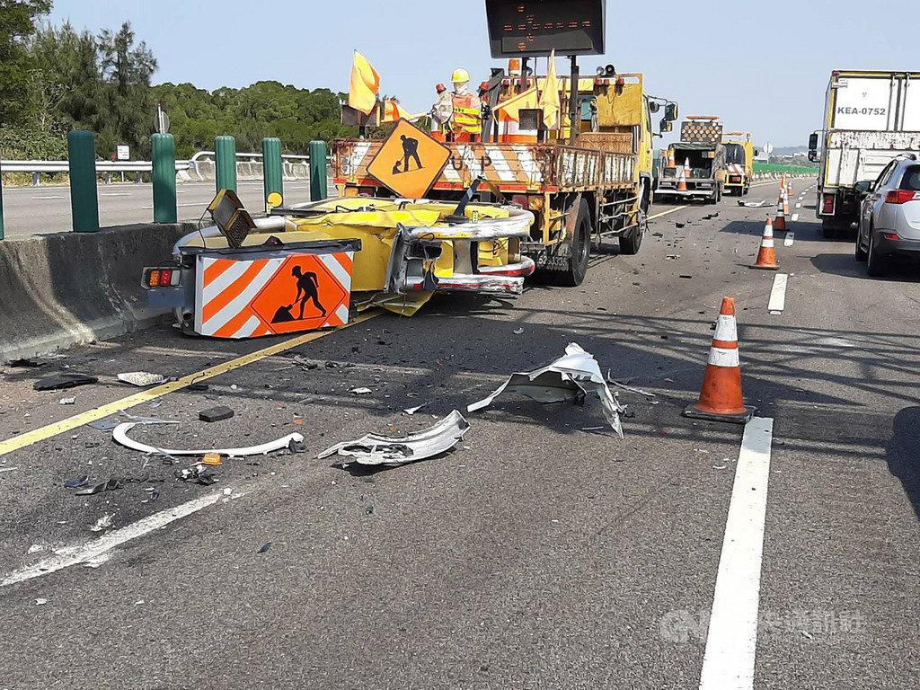 國道3號北上後龍路段15日發生工程防撞車遭撞意外,安裝在車體後方的防撞器材幾乎全毀,所幸施工人員並未遭波及受傷。(翻攝畫面)中央社記者管瑞平傳真 108年11月15日