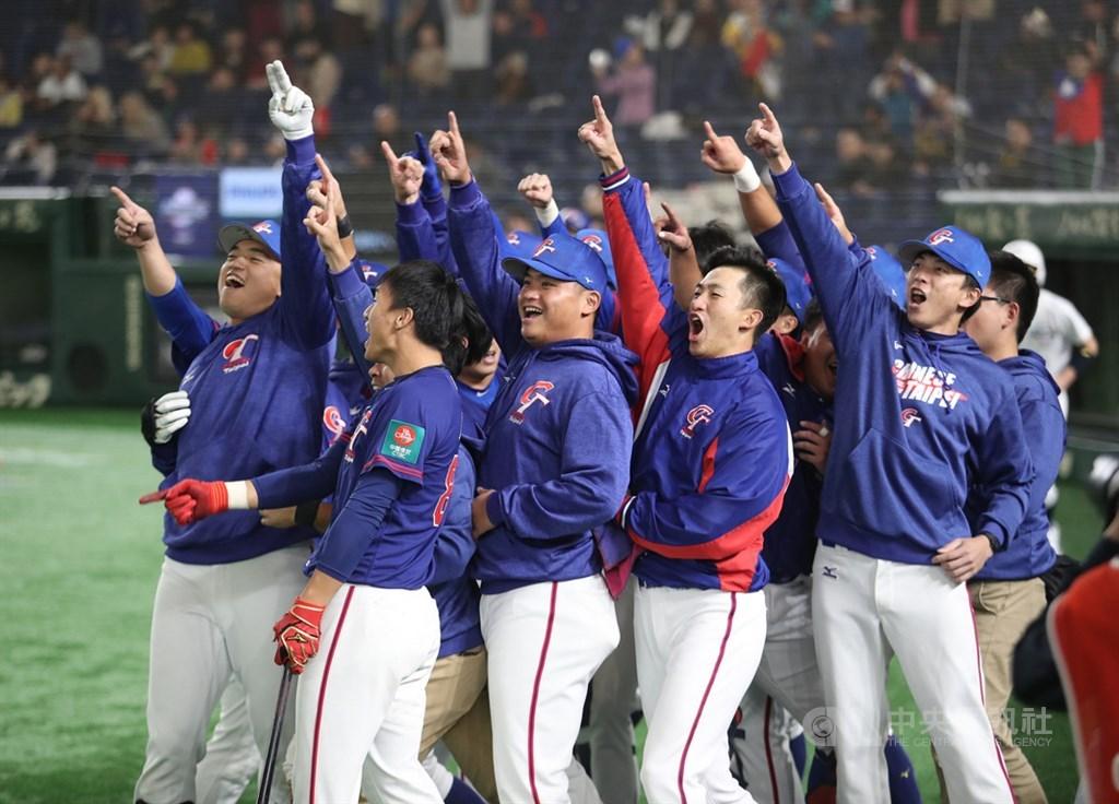 世界12強棒球賽複賽中華隊15日與美國隊交手,6局上中華隊隊長胡金龍擊出中外野的陽春砲,休息區的隊友朝向外野歡呼吶喊。中央社記者張新偉東京攝 108年11月15日