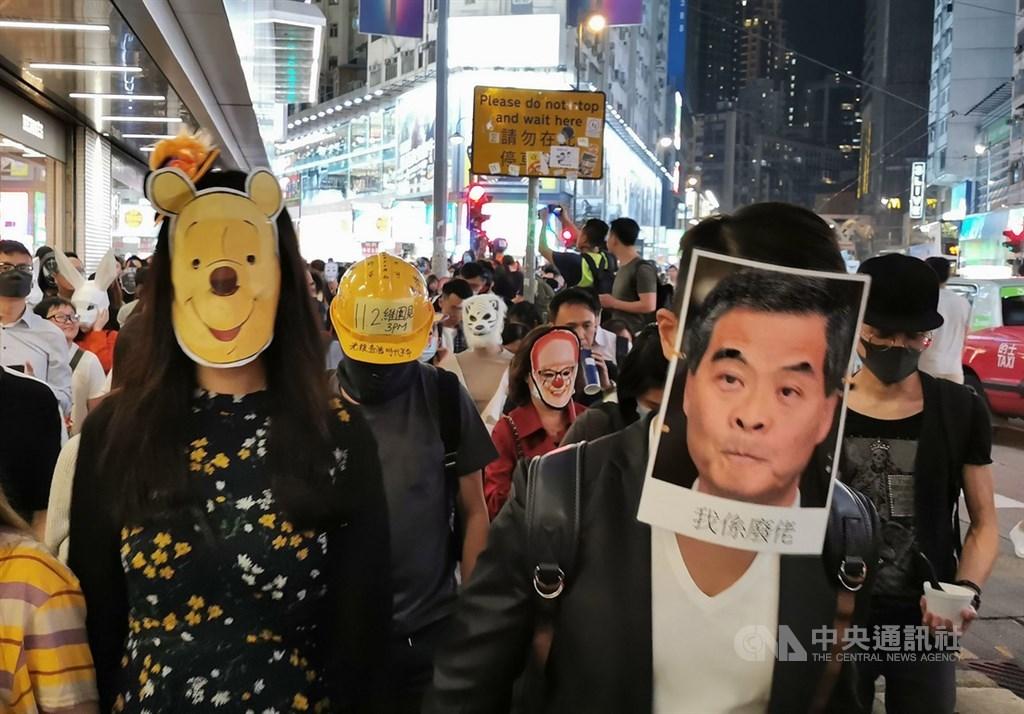香港反送中屆滿5個月,示威抗議與警民衝突自6月至今愈演愈烈。圖為反送中民眾10月31日載著各式造型面具,在西洋萬聖節晚間發起集會遊行。(中央社檔案照片)