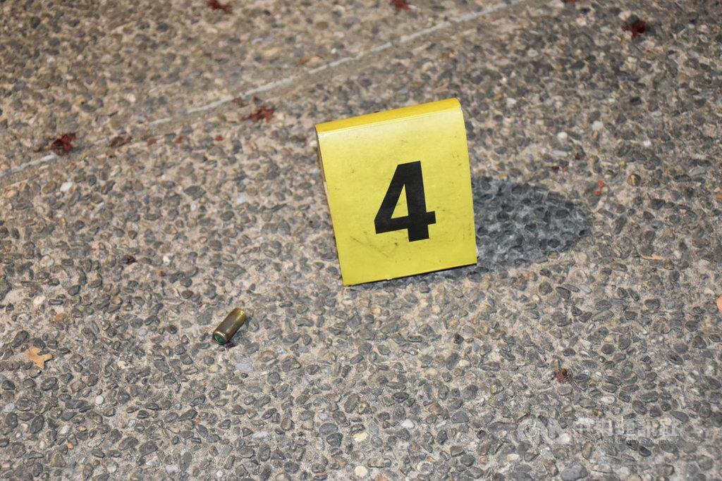 高雄市三民公園15日發生10多人鬥毆暴力案,並疑似傳出槍響,警方獲報後出動快打部隊到場,雙方人車逃逸,現場拾獲「裝飾彈」1顆。(警方提供)中央社記者陳朝福傳真  108年11月15日