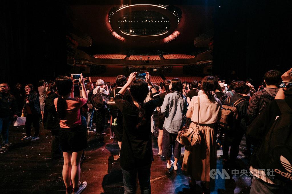 台中國家歌劇院推出「劇場導覽─劇場大冒險」,讓民眾得以近距離一窺大劇院舞台及後台,更可站上大劇院舞台,體驗從演出者視角一覽大劇院觀眾席。(台中國家歌劇院提供)中央社記者郝雪卿傳真 108年11月15日