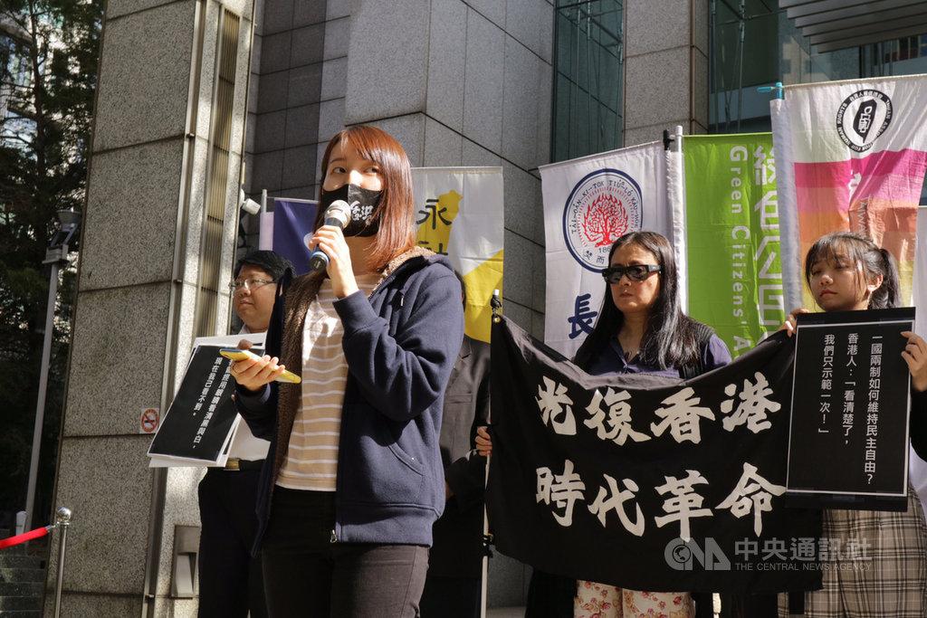 就讀香港中文大學的鄭姓同學(前)表示,如今香港沒有辦法運用選票對極權說不,希望台灣人能夠珍惜手上的選票,以選票保衛台灣得來不易的民主自由。中央社記者繆宗翰攝 108年11月15日