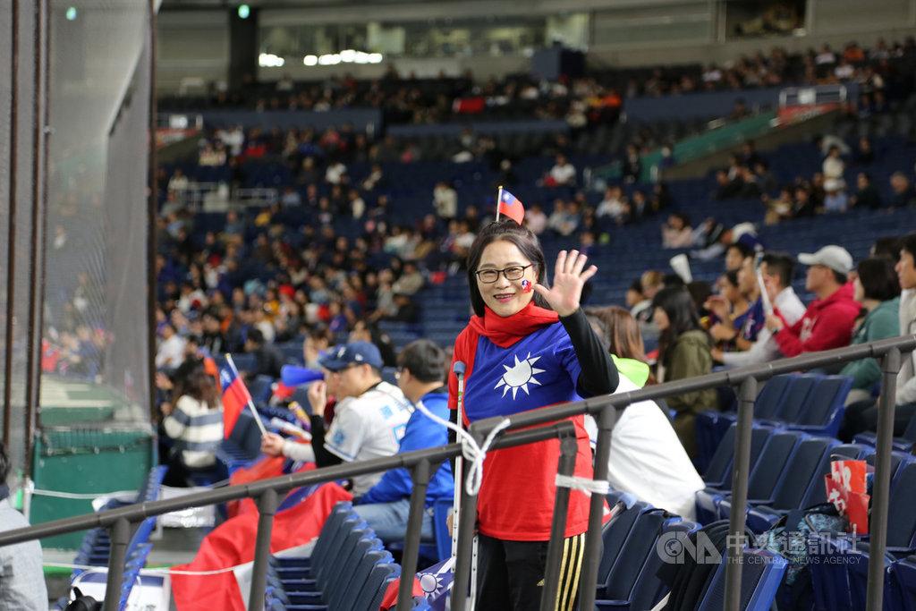 世界12強棒球錦標賽中華隊15日在東京巨蛋對上美國隊。腿在台灣的球場摔傷動手術的黃女士拄著柺杖從台灣來加油。中央社記者楊明珠東京攝 108年11月15日