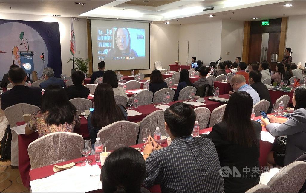 台灣兒童暨家庭扶助基金會14日、15日在馬尼拉舉行研討會,行政院政務委員唐鳳15日以視訊方式就台灣的數位民主發表演講。中央社記者陳妍君馬尼拉攝 108年11月15日