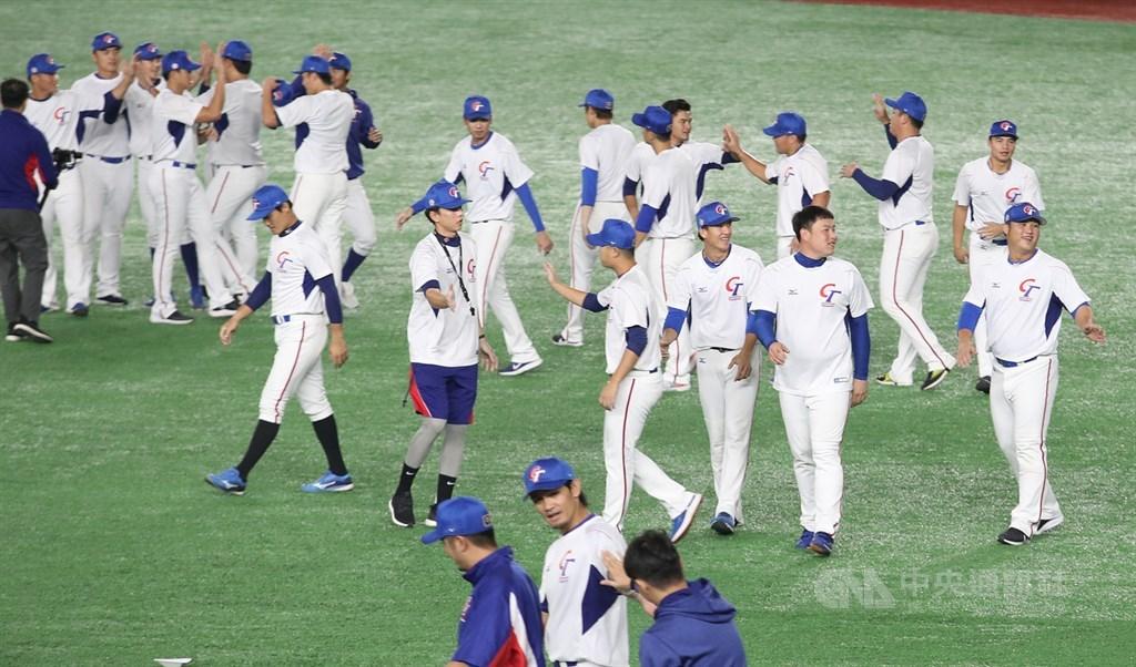 2019世界12強棒球錦標賽複賽,中華隊15日起將在日本東京巨蛋進行賽事,全隊14日也在東京巨蛋練球,跑步結束後選手擊掌致意。中央社記者張新偉東京攝 108年11月14日