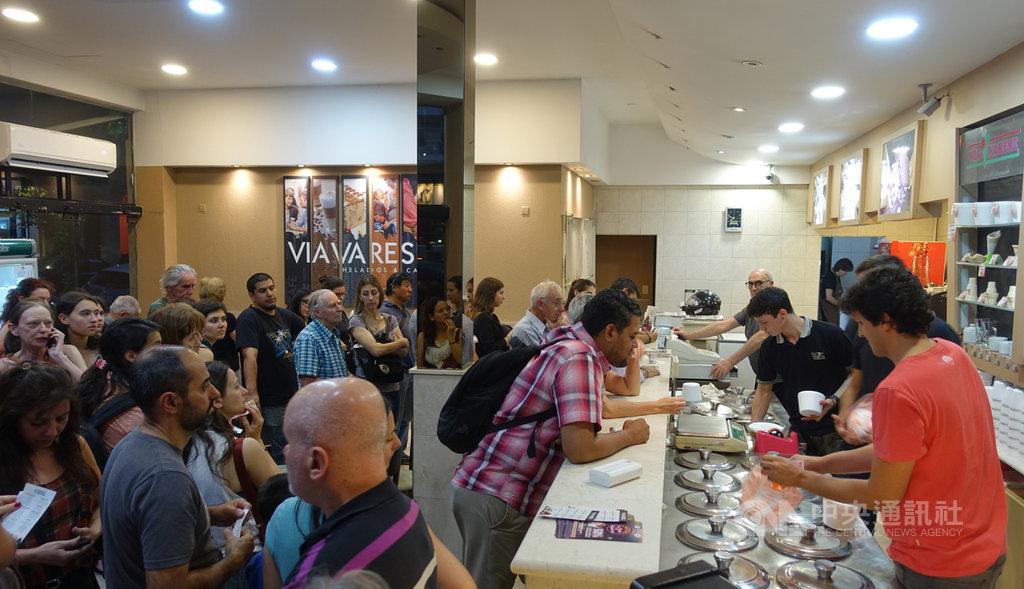 14日阿根廷業者舉辦年度冰淇淋之夜活動,全國200多家手工冰淇淋店同步提供半價優惠,吸引大排長龍人潮購買。中央社記者汪碧治布宜諾斯艾利斯攝 108年11月15日