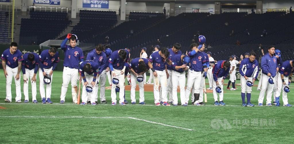 2019世界12強棒球錦標賽複賽賽程持續進行,15日在東京巨蛋由中華隊(圖)與美國隊交手,中華隊最終以2比3、一分之差吞敗,選手賽後列隊向球迷鞠躬致意。中央社記者張新偉東京攝 108年11月15日