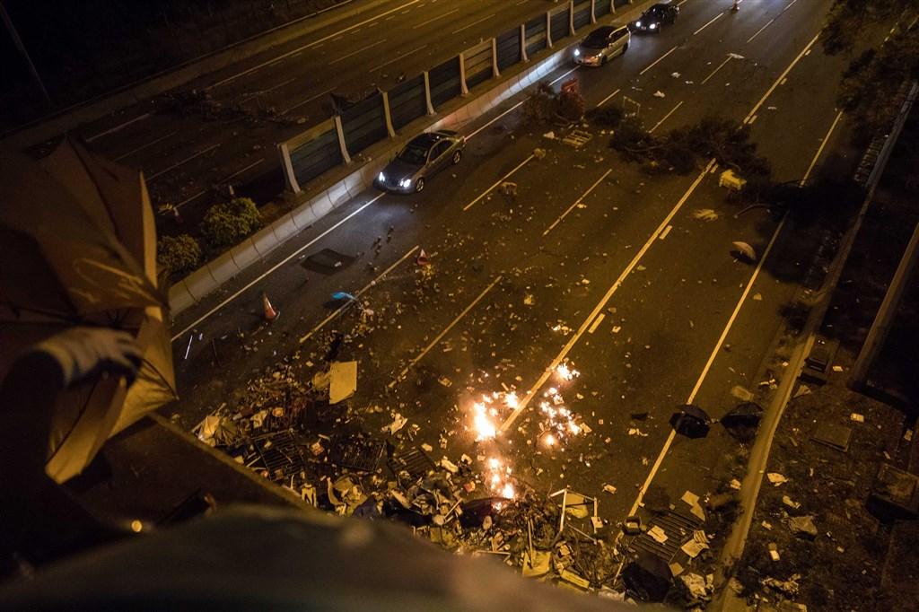 香港政務司長張建宗15日晚間表示不容任何人以市民福祉作要脅,並表明拒談條件後,引發占領中文大學的「反送中」示威者不滿,再度全面封堵吐露港公路。(法新社提供)