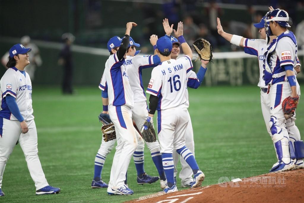 2019世界12強棒球錦標賽複賽15日晚間在東京巨蛋由墨西哥對上韓國(圖),韓國終場以7比3擊敗墨西哥,也確定粉碎中華隊透過12強賽拿下2020東京奧運棒球門票的希望。中央社記者張新偉東京攝 108年11月15日