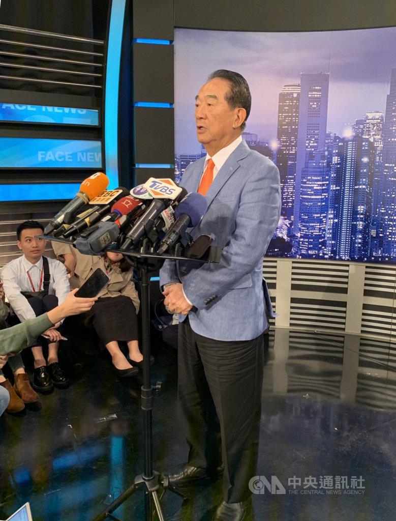 親民黨總統參選人宋楚瑜(中)表示,他跟鴻海前董事長郭台銘沒談到2024,但也說有能力者自然得到人民支持。中央社記者郭建伸攝 108年11月15日