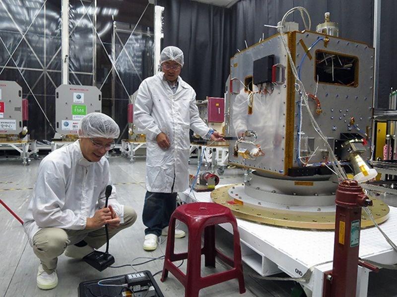 台灣自主研發衛星「獵風者」確定將由法國的亞利安航太公司負責發射,預計2021年升空。圖為獵風者衛星飛行體整測。(圖取自國家實驗研究院國家太空中心網頁nspo.narl.org.tw)