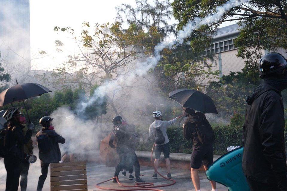 防暴警察近日在中大、城大和理大設防,留守理工大學的示威學生14日備戰反擊。(眾新聞提供)