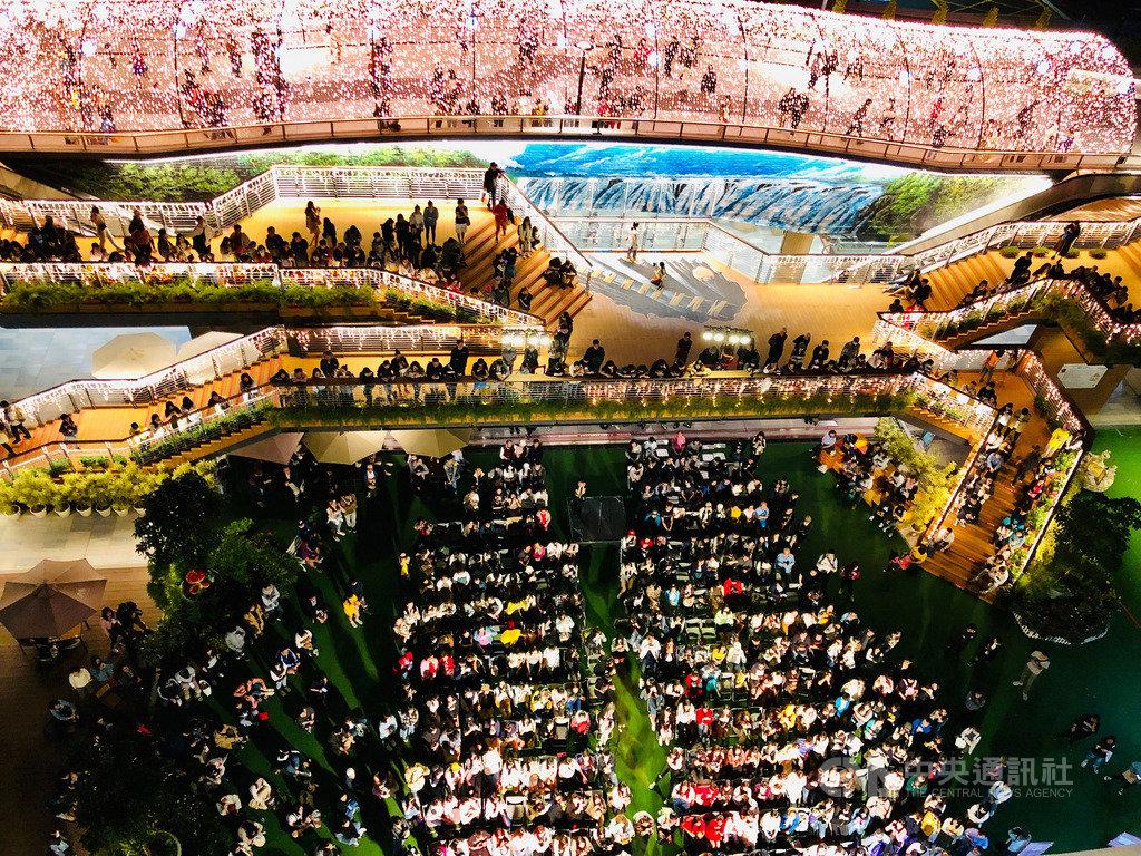 2019台北捷運出口音樂節16日正式登場,連續兩個週六下午邀請實力派歌手在捷運中山站及雙連站間的爵士廣場開唱,吸引民眾參與。(台北捷運提供)中央社記者陳怡璇傳真 108年11月16日