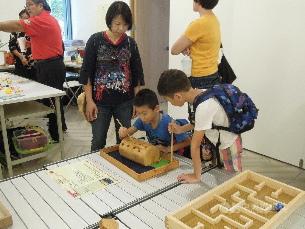 國際遊戲協會台灣分會16日舉辦「2019免插電童玩嘉年華」,盼透過手作童玩體驗、展示及工作坊,帶領親子老幼找回自己動手製作玩具及玩玩具的樂趣。中央社記者吳欣紜攝 108年11月16日