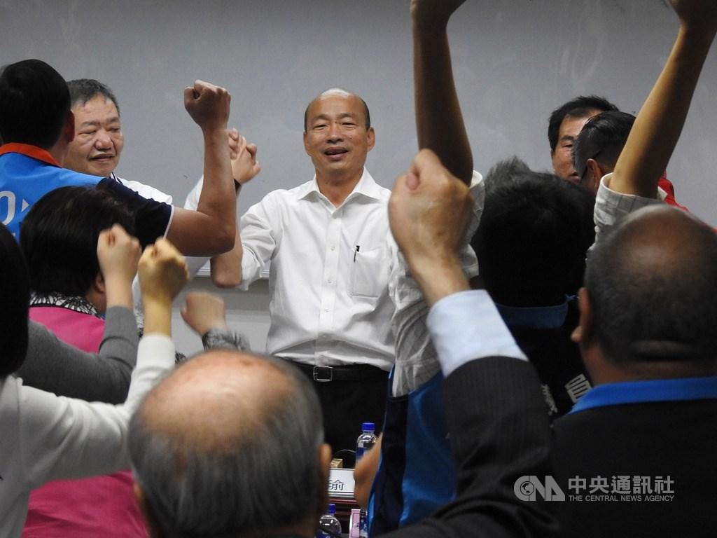 國民黨總統參選人韓國瑜(後中)16日到新北市議會和多名前任及現任議員座談,受到熱烈歡迎,現場高喊「凍蒜」等口號,氣氛熱烈。中央社記者王鴻國攝 108年11月16日