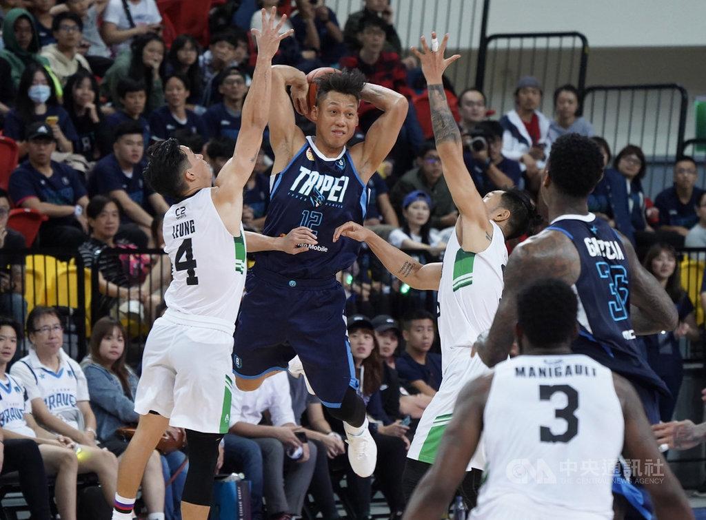 台北富邦勇士隊在東南亞職業籃球聯賽(ABL)開打前特別網羅球星「野獸」林志傑(左2),16日在ABL主場開幕戰中,林志傑(中)遭對手嚴密防守,不過球隊終場仍以95比91收下首勝。中央社記者徐肇昌攝 108年11月16日