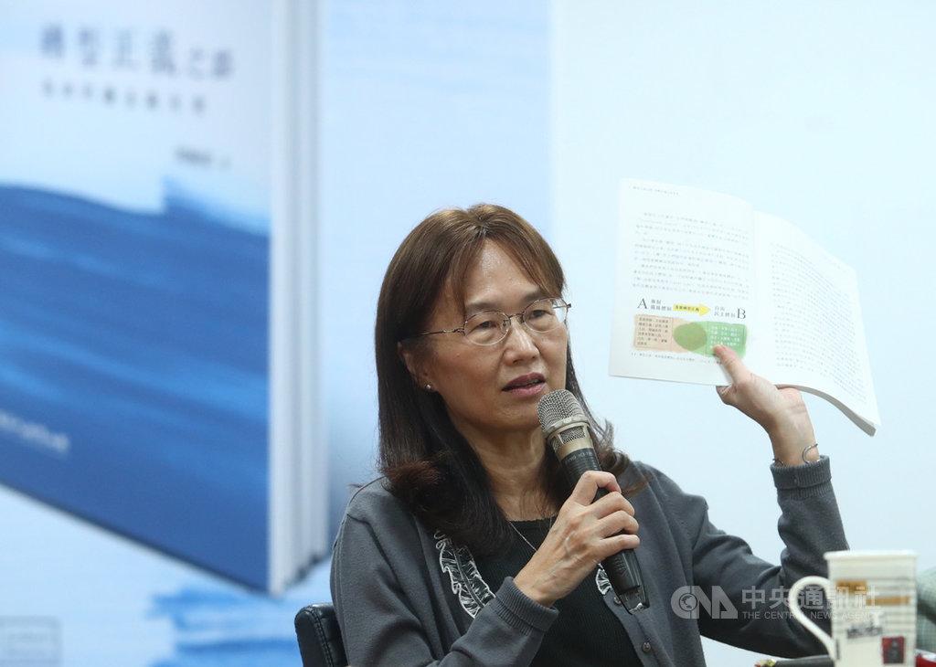 「轉型正義之路:島嶼的過去與未來」新書發表會16日在台北舉行,作者周婉窈出席表示,希望透過這本書與年輕人對話,讓年輕世代關注過往傷痛與歷史。中央社記者王騰毅攝 108年11月16日
