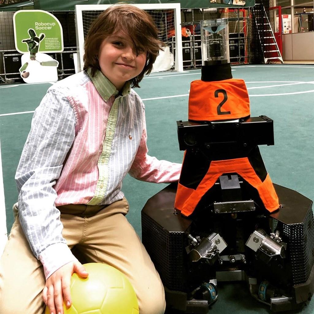 來自比利時的天才兒童西蒙目前在荷蘭愛因霍芬科技大學學習電機工程,12月將以9歲之齡畢業,取得學士學位。(圖取自西蒙IG網頁instagram.com)