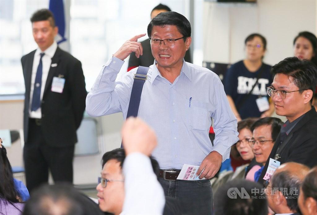 國民黨16日召開第20屆中央委員會第三次全體會議,將針對不分區立委行使同意權。遭列15名的台南市黨部主委謝龍介(中)表示,很多朋友建議他退出不分區,他希望能考慮兩、三天,黨的誠信和互信很重要。中央社記者謝佳璋攝 108年11月16日