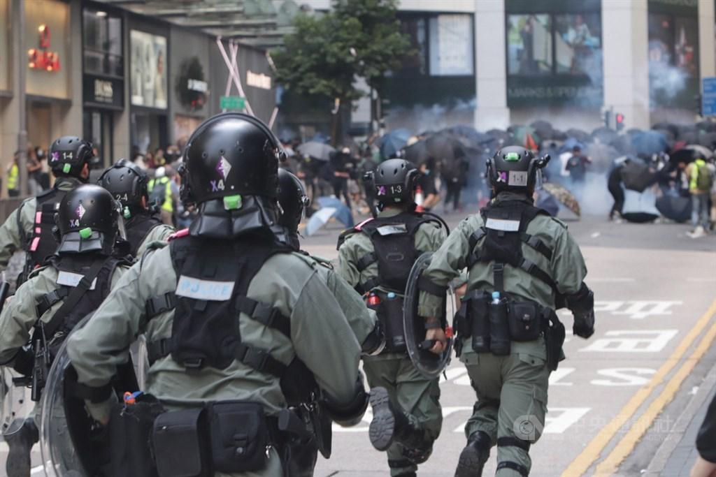 美國國務卿蓬佩奧15日表示,若中共使用武力鎮壓香港示威者,美國總統不排除採取任何因應措施的可能性。圖為11日反送中示威者聚集癱瘓交通,防暴警察向示威者發放催彈後追趕他們。(中央社檔案照片)